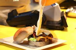 横浜駅 チーズバーガー専門店「ダイゴミバーガー」のラクレットチーズ流れるバーガー凄すぎ!アソビル1階