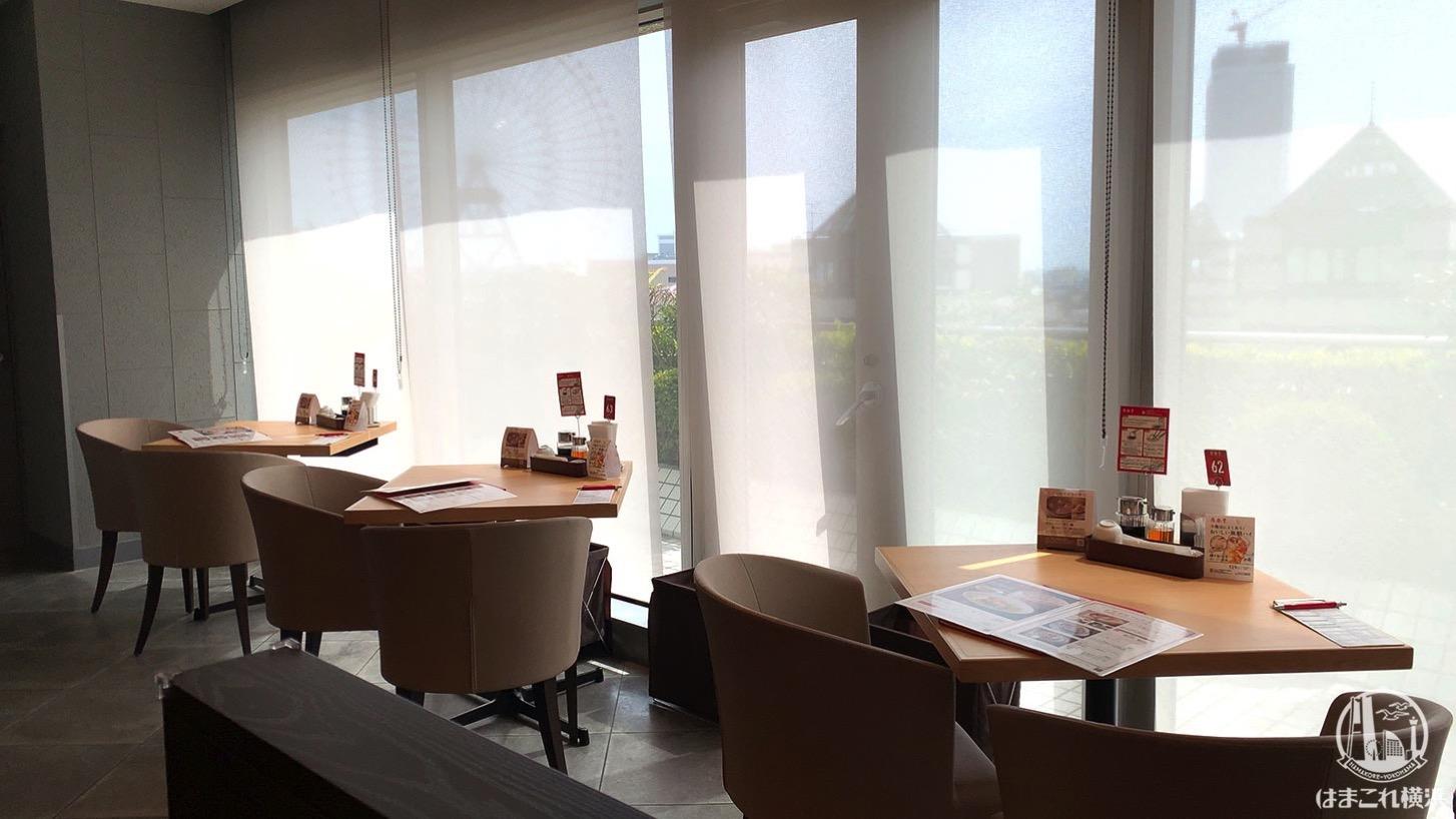 鼎泰豐(ディンタイフォン)窓側のテーブル席