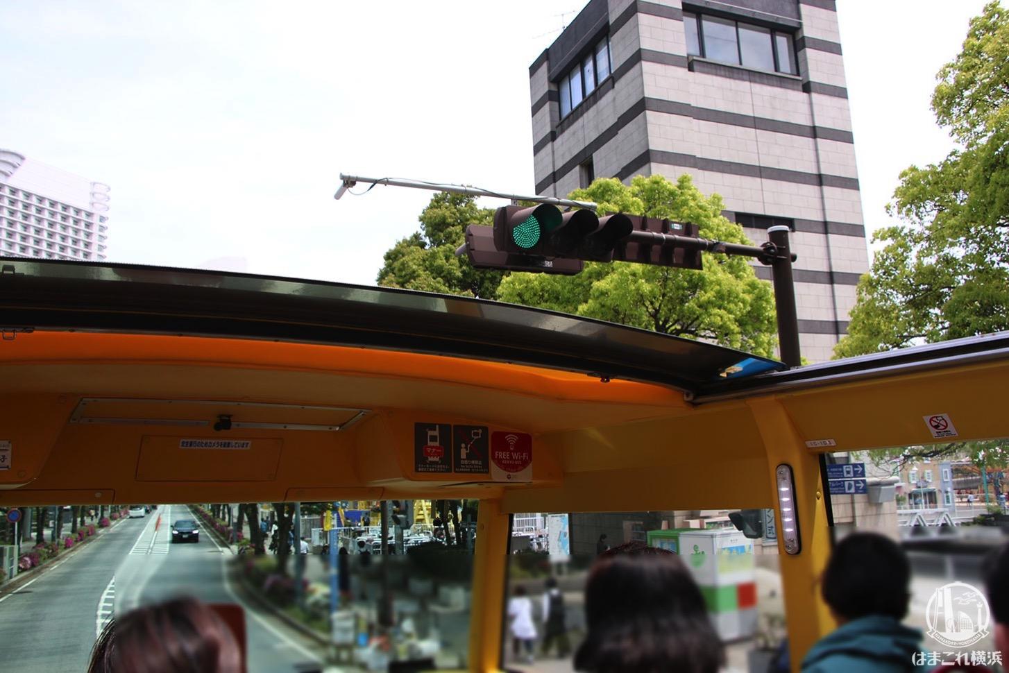 オープントップバスから見た信号