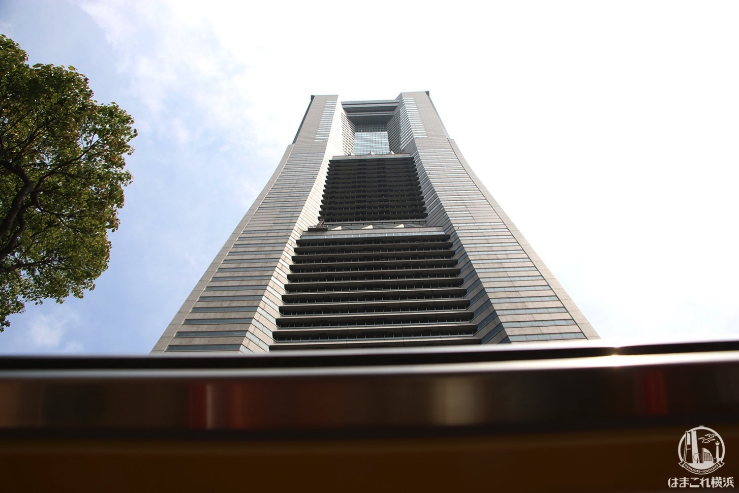 オープントップバスから見た横浜ランドマークタワー