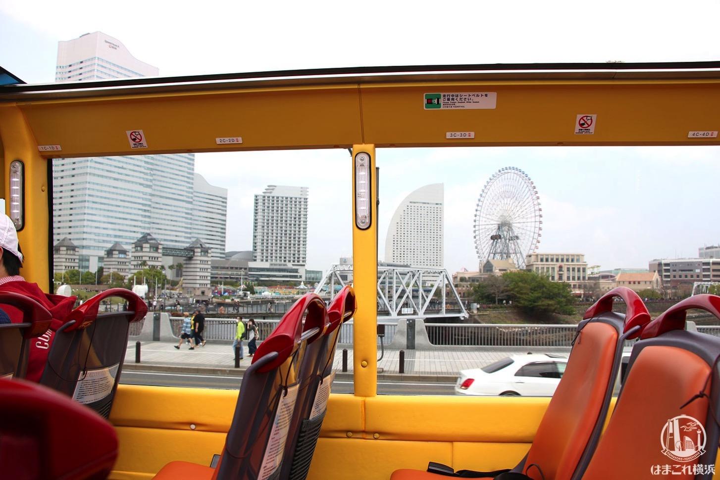 オープントップバスから見たバス車内とみなとみらいの景観