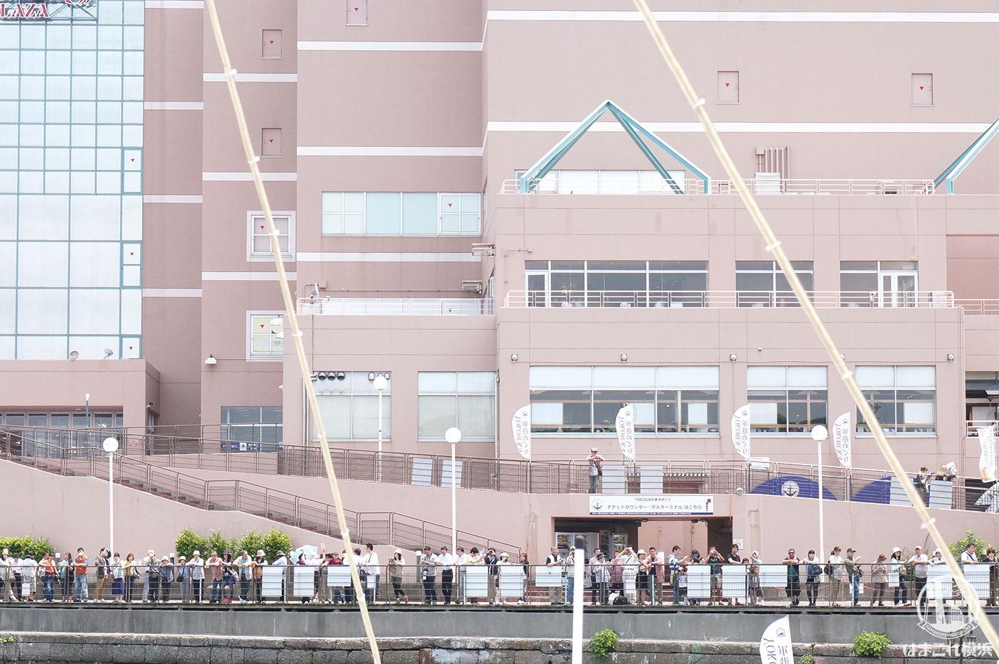 横須賀「軍港めぐり」スタート地点の人だかり