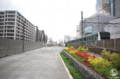 東横線跡地(桜木町駅・紅葉坂間)の歩道は走行中の電車が間近で見える場所だった!