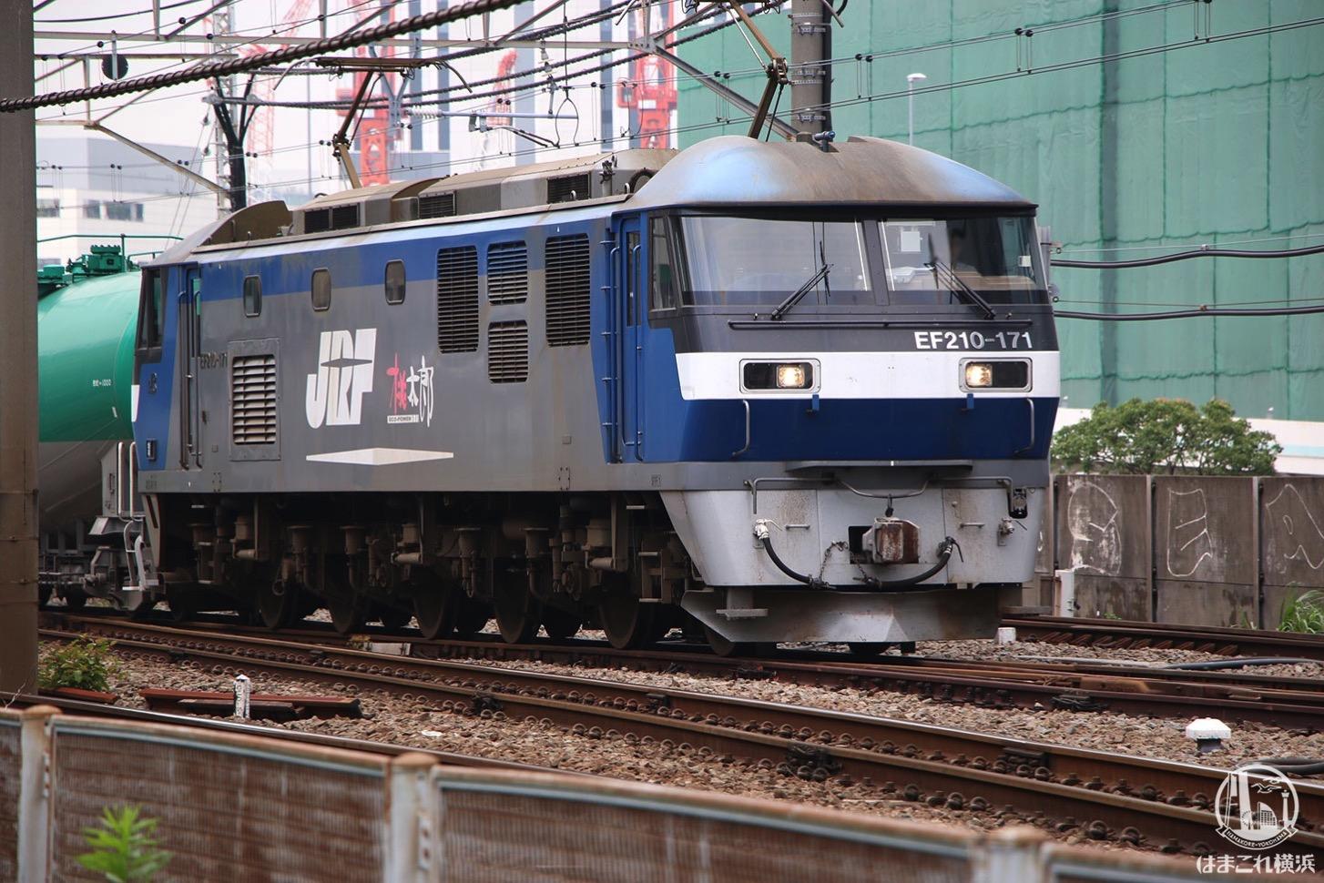 東横線跡地から見たタンク列車