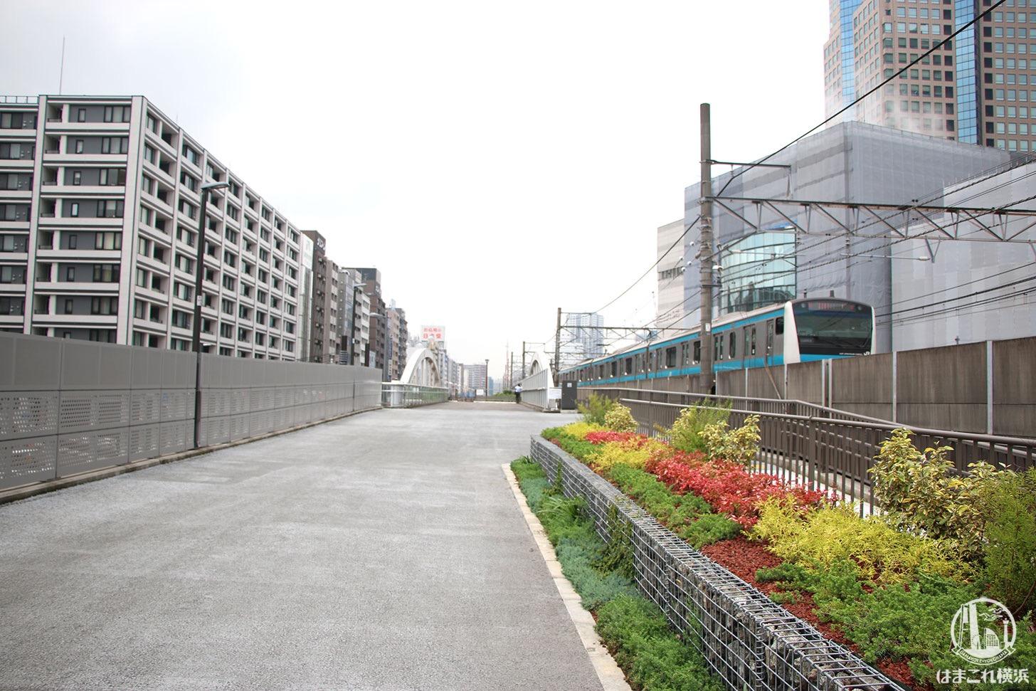 東横線跡地(桜木町駅そば)の歩道は走行中の電車が間近で見える場所だった!