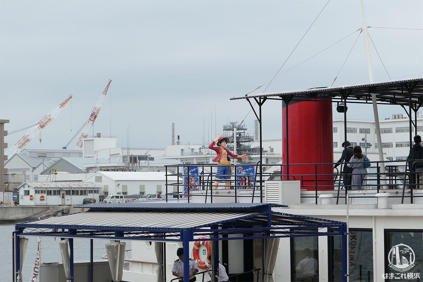 軍港めぐりに使用する船の上のルフィ