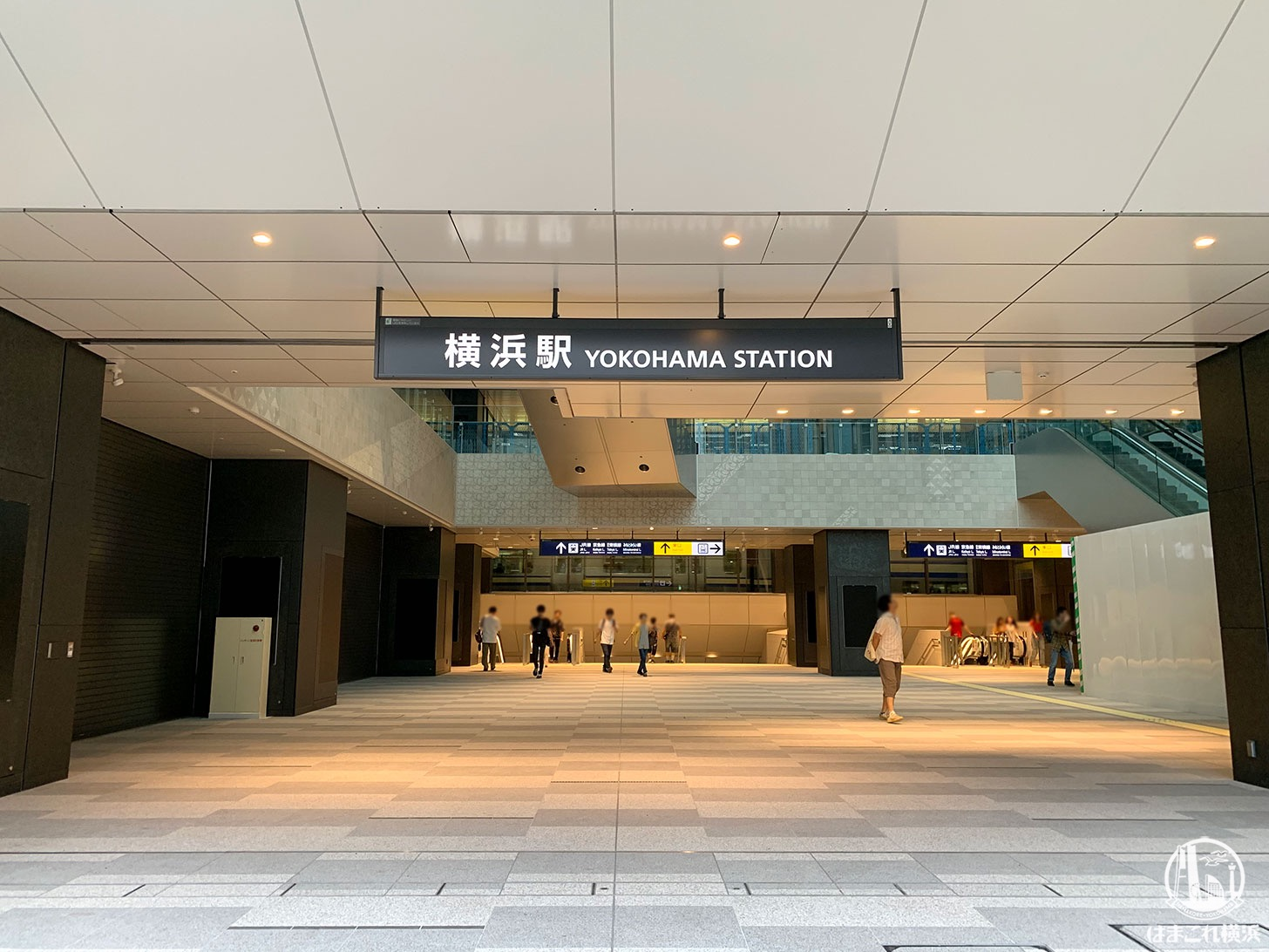 横浜駅西口 吹き抜け「アトリウム」西口駅前広場から見たアトリウム