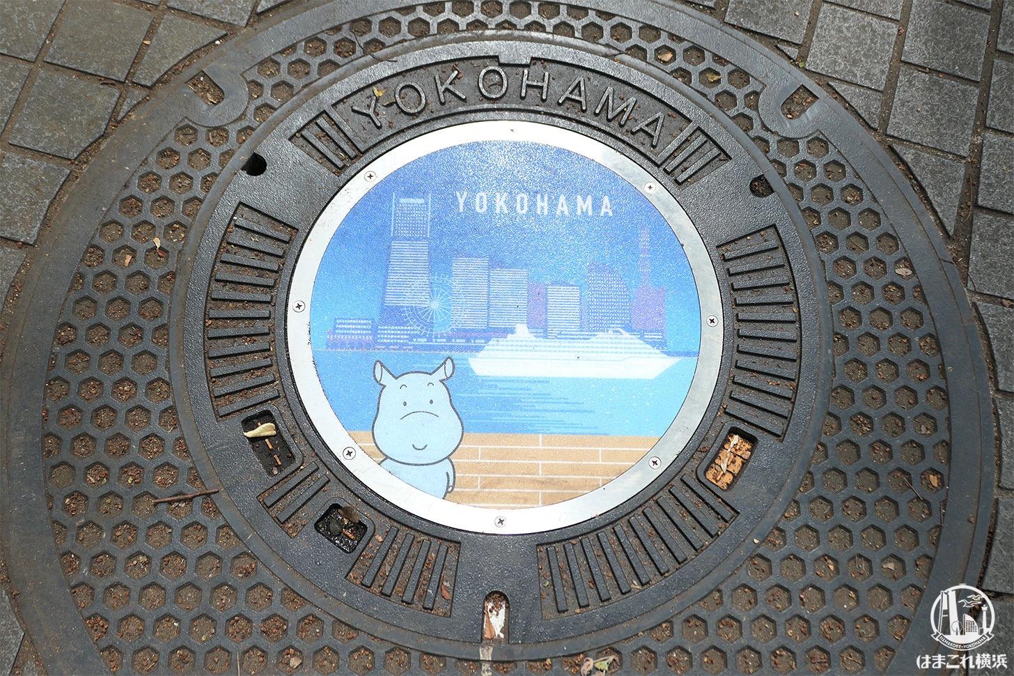 開港広場に設置されている横浜市のデザインマンホール