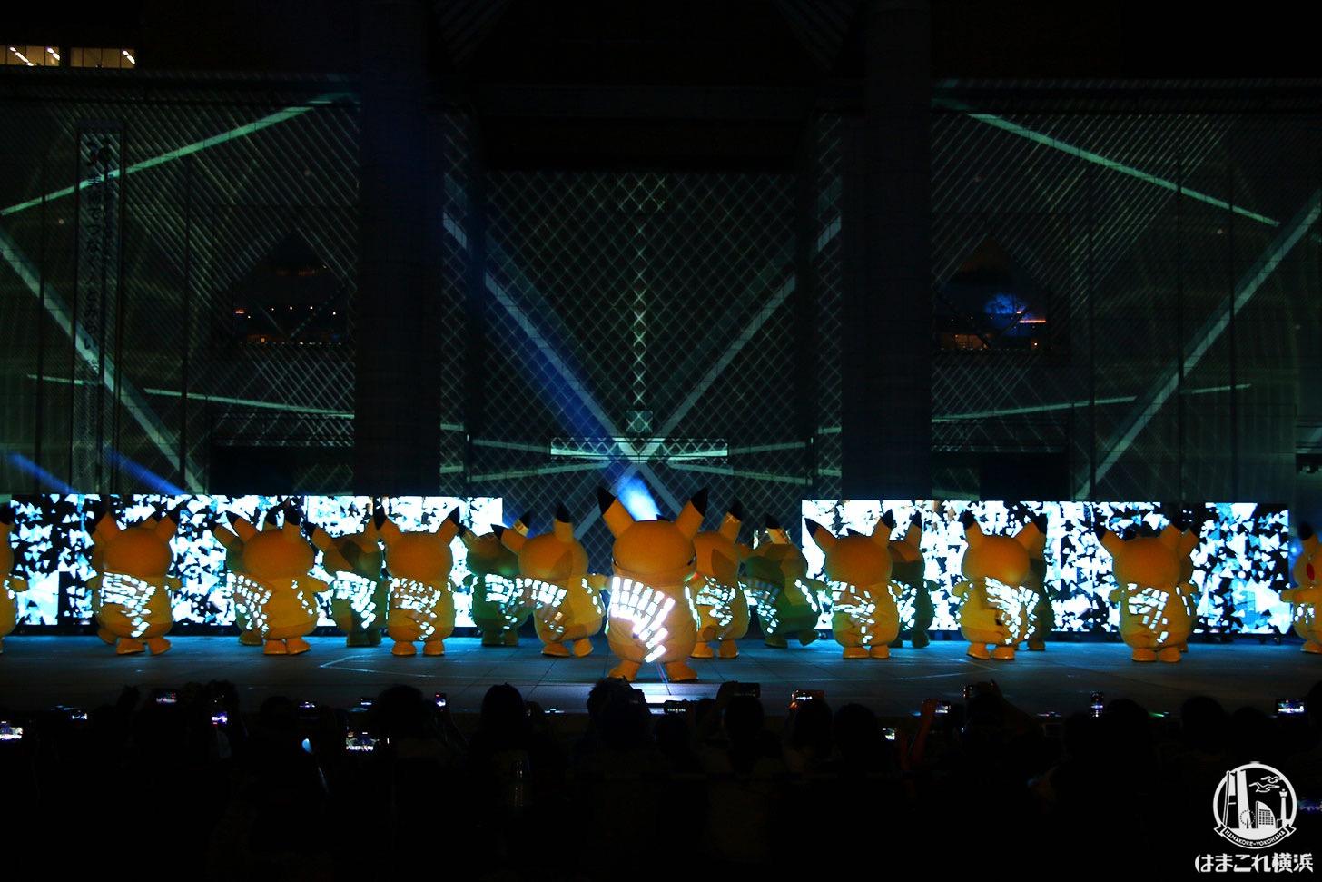 ピカチュウとプロジェクションマッピング 中央みんなでダンス