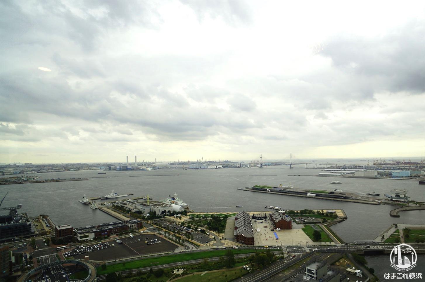アパホテル&リゾート 横浜ベイタワー「コーナーツインルーム(ベイブリッジ側)」から見た横浜ベイブリッジ