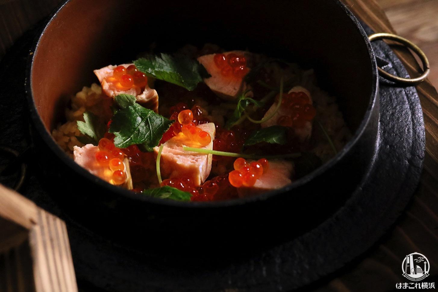 鮭とイクラの釜飯 1,900円、〆物 掛け出汁セット 300円