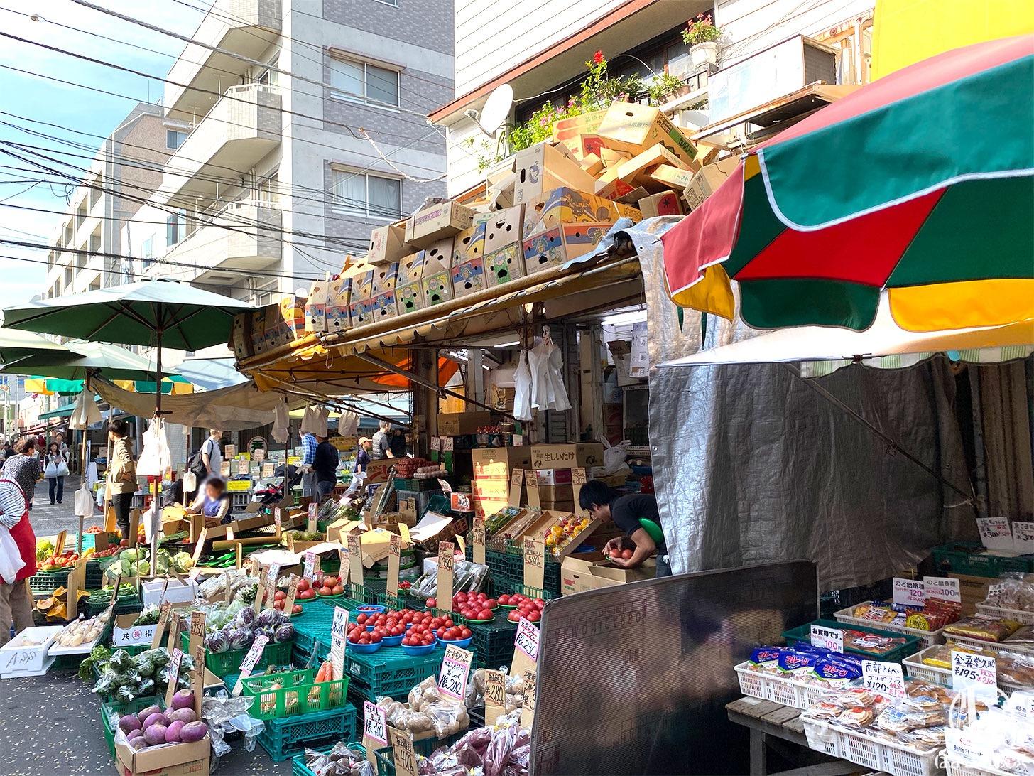 外川商店の屋根の上のダンボール