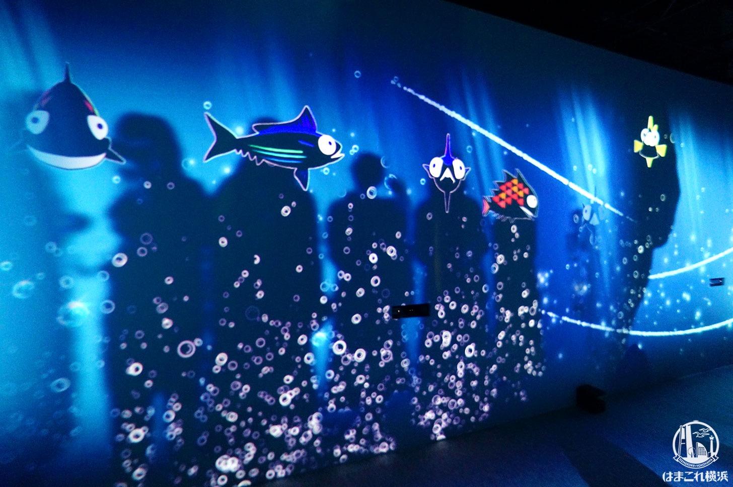 オーシャン バイ ネイキッド 光の深海展「影の魚群」