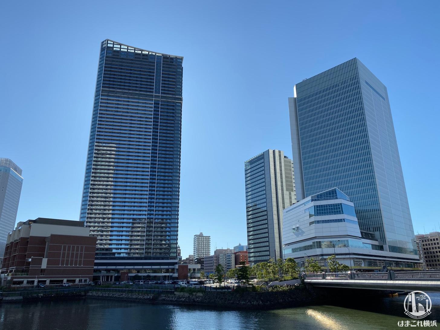汽車道から見た横浜市新市庁舎