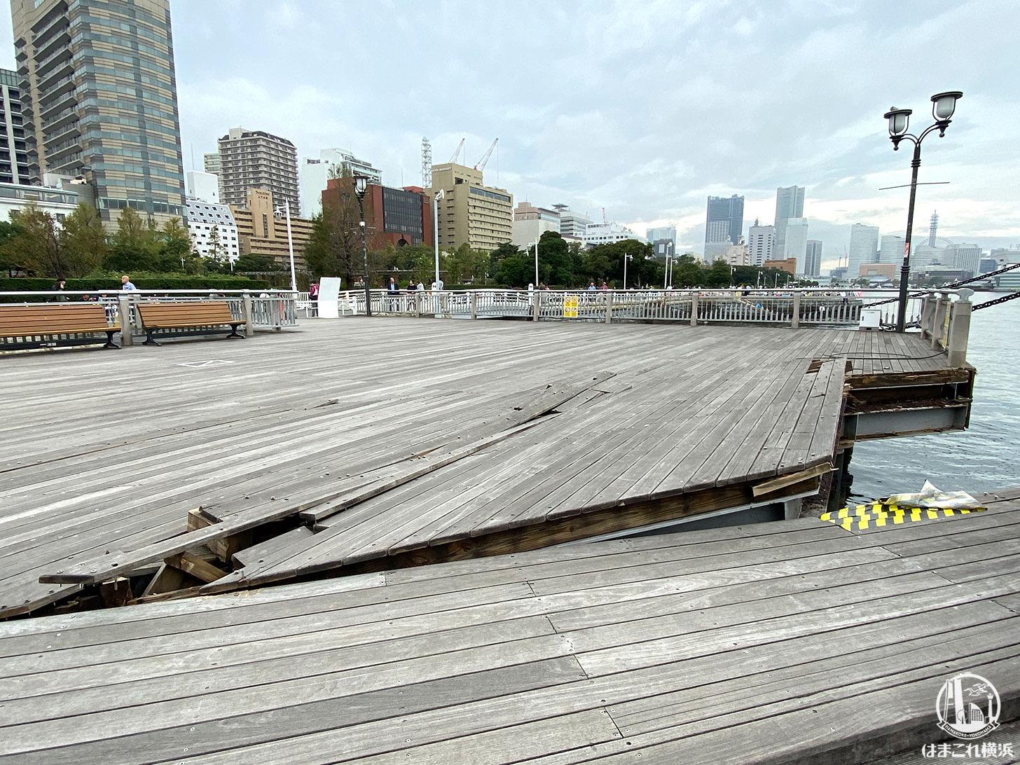 台風19号で被害を受けた氷川丸前 めくれたデッキ