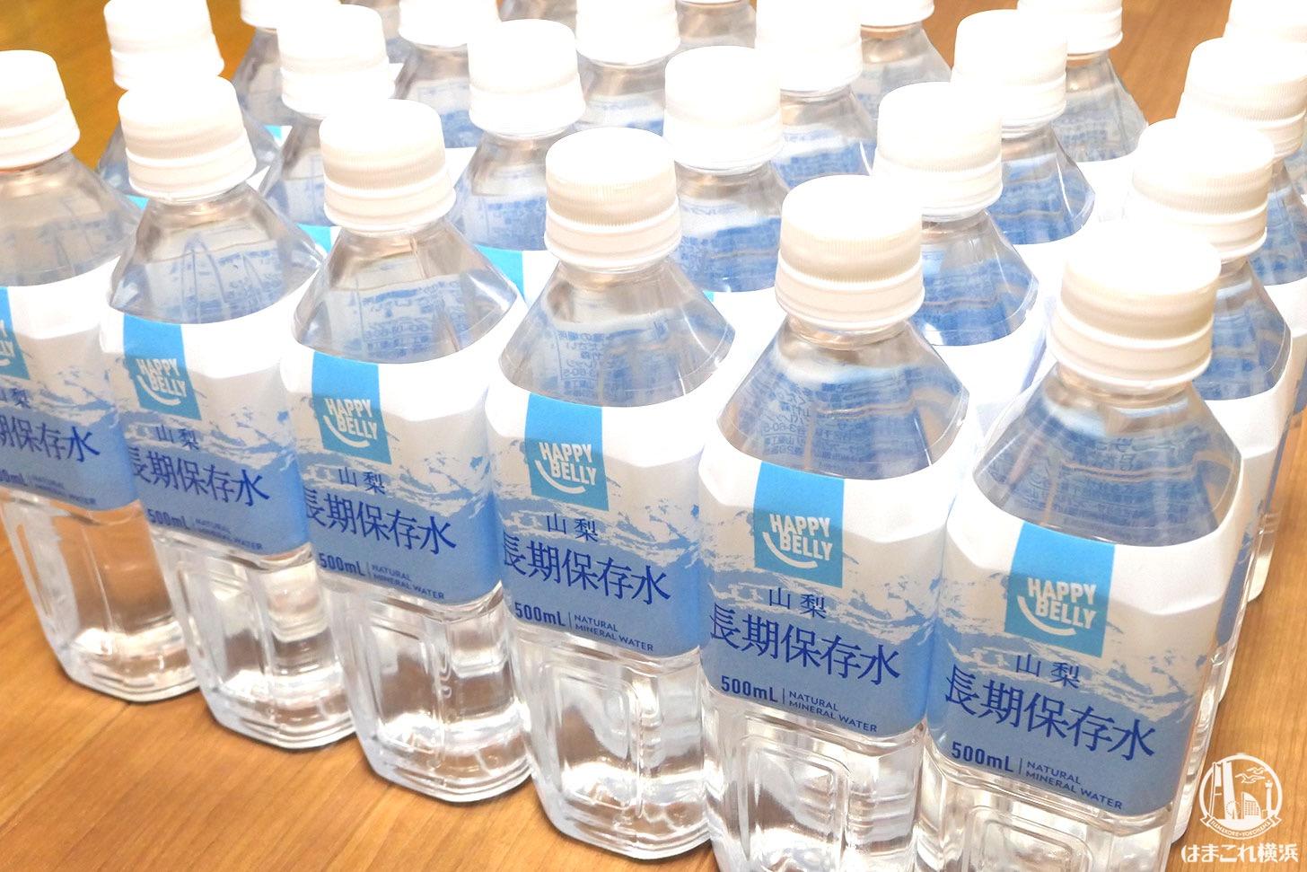 災害対策で用意している保存水と野菜ジュース、節水防災グッズ