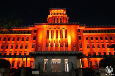 神奈川県庁が激しくライトアップ!期間限定のカラフル県庁