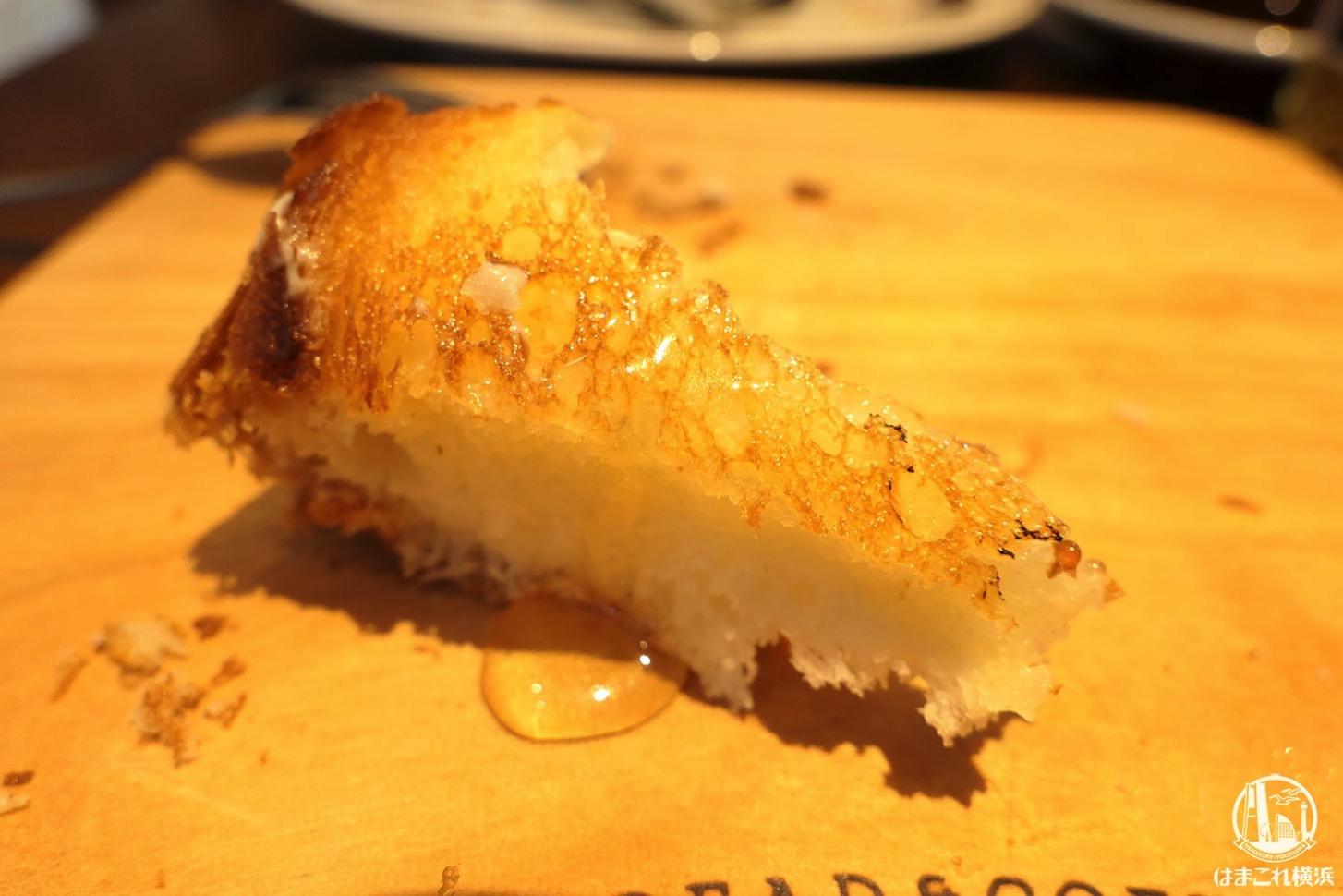 厚切りバタートーストとハチミツ