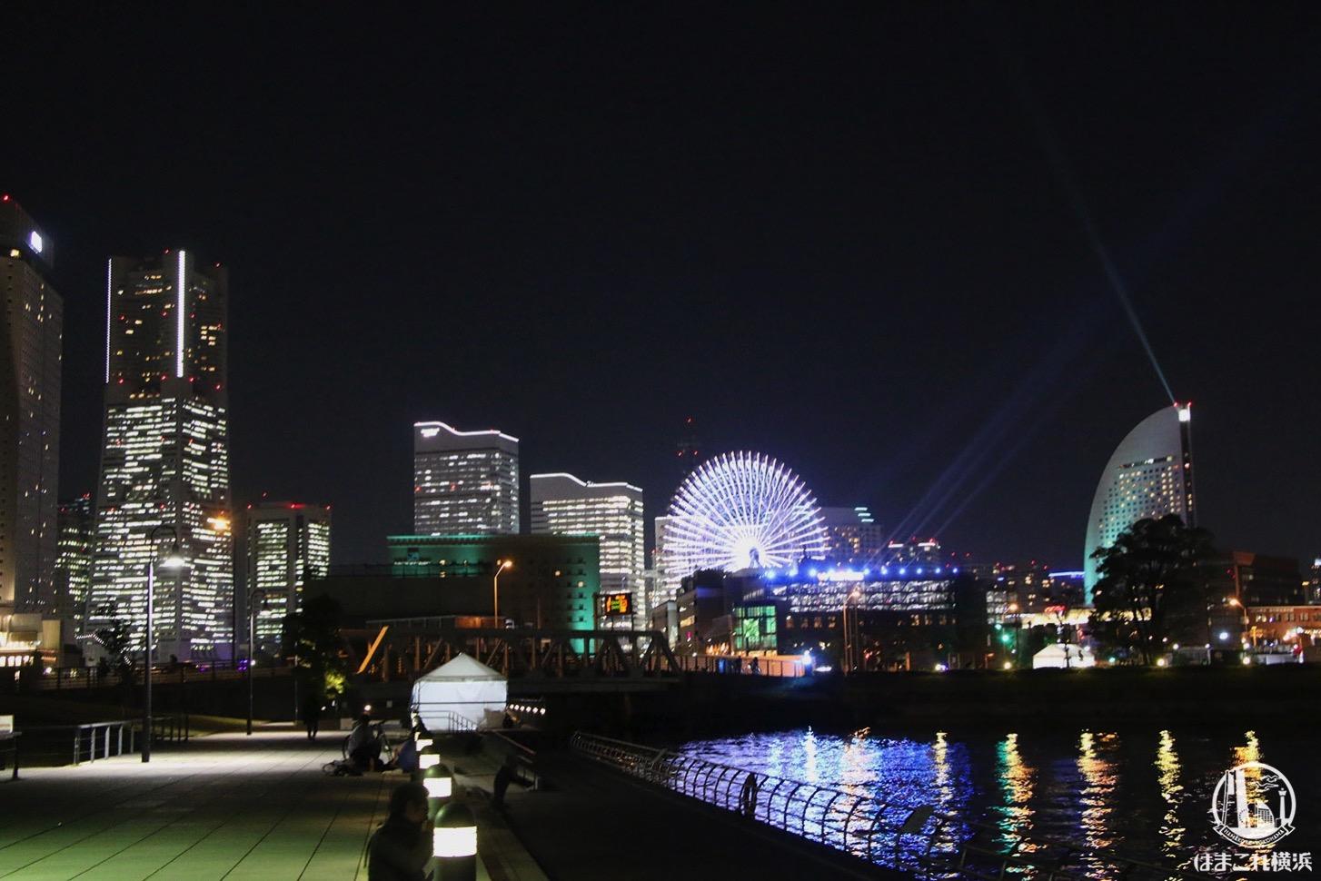 横浜の夜景とサーチライト