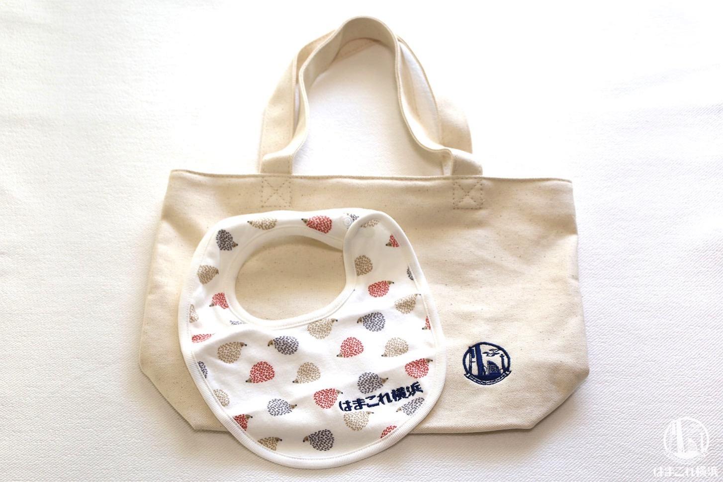 刺繍加工でカスタマイズしたバッグとスタイ