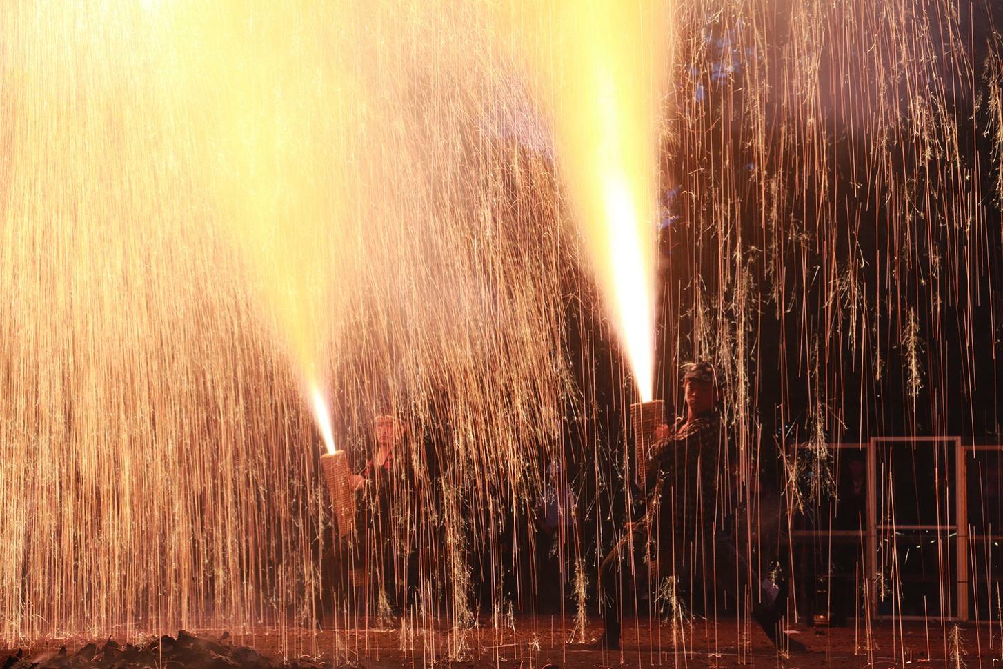 滝のように降り注ぐ火の粉