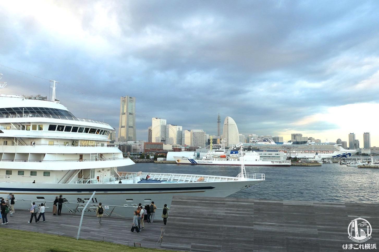 横浜港大さん橋国際客船ターミナルから見た飛鳥Ⅱとダイヤモンド・プリンセス