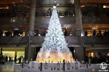 横浜 ランドマークプラザのクリスマスツリー点灯!光と音のショーに降雪演出、幻想的に
