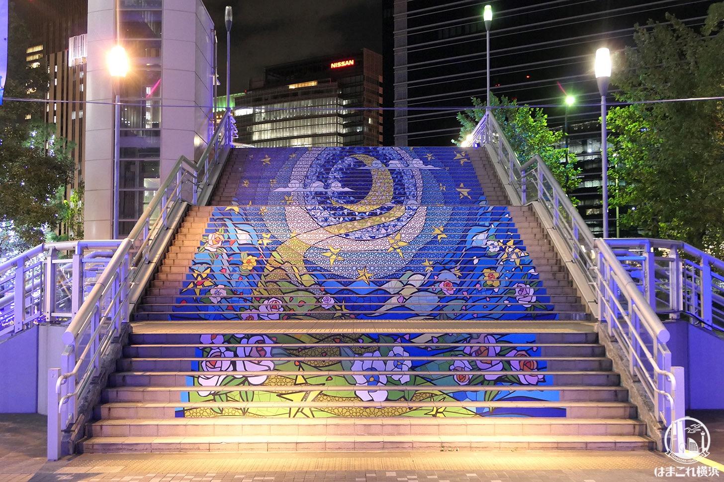 陸橋の階段に描かれるアート