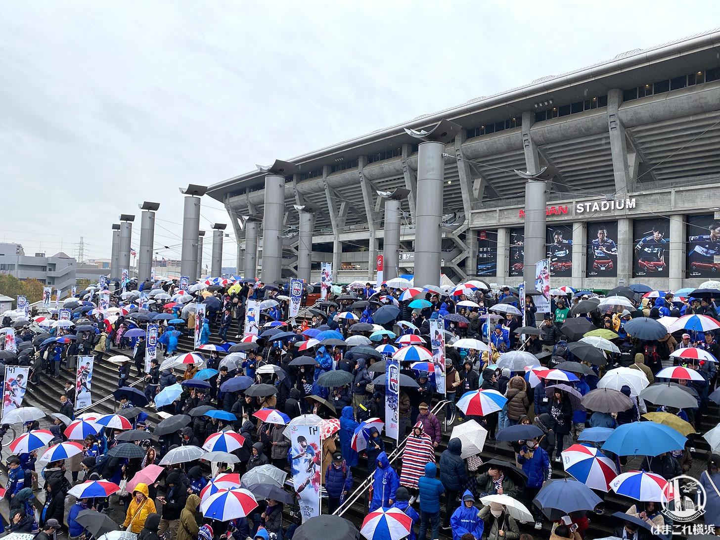 試合キックオフ前のスタジアム周辺雰囲気