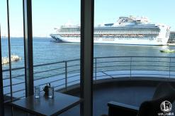 マリンブルーは横浜港一望、眺めの良いカフェ!新港ふ頭の大型客船も視界に