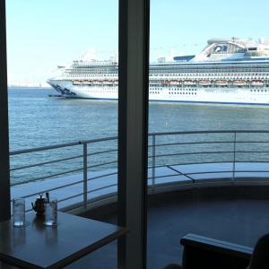 マリンブルーは横浜港一望、眺めの良いカフェ!新港ふ頭着岸の大型客船も