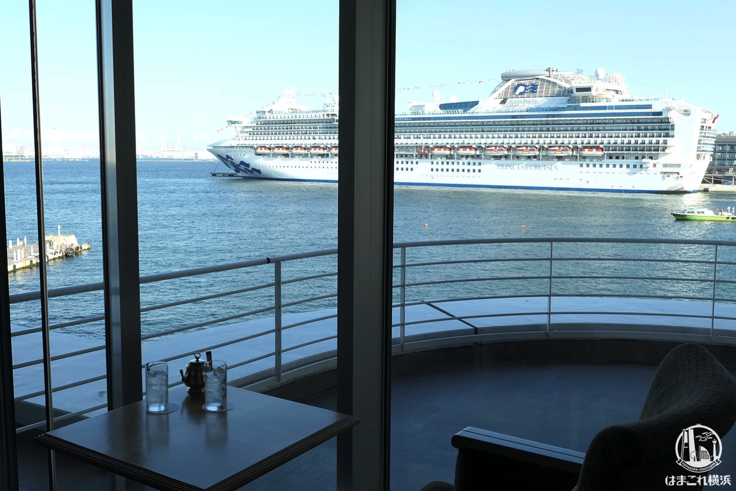 マリンブルーは横浜港一望、眺めの良いカフェ!停泊中の大型客船まで