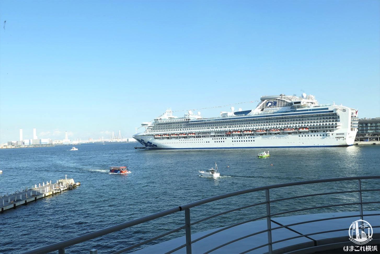 マリンブルーの窓側席から見た横浜港