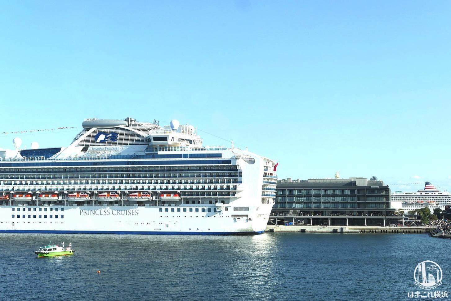 マリンブルーの窓側席から見た横浜ハンマーヘッドと横浜港大さん橋に着岸中の大型客船