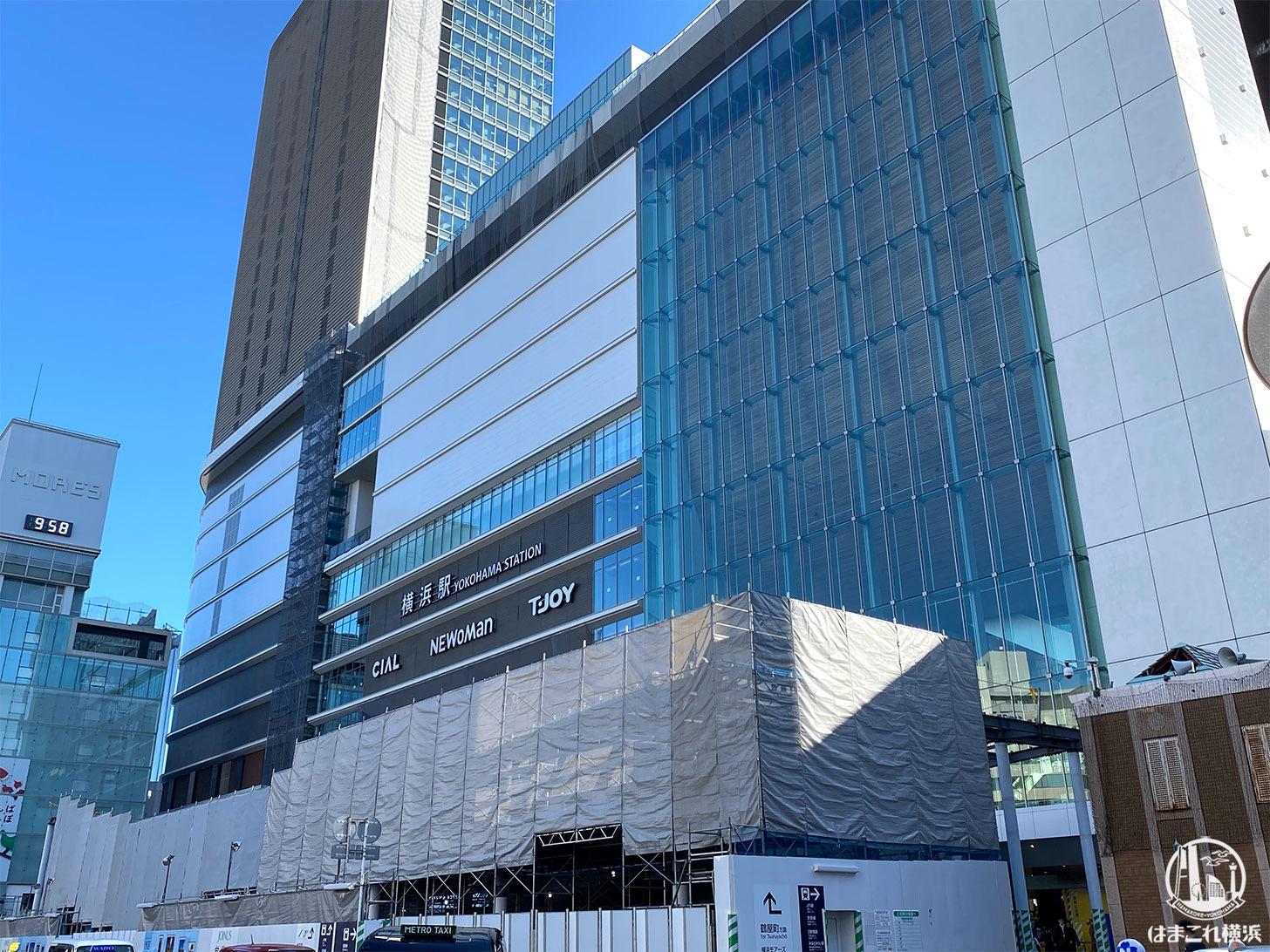 横浜西口駅前 白い囲い