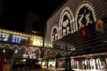横浜駅西口、イルミネーションと音楽で駅前が華やかに!