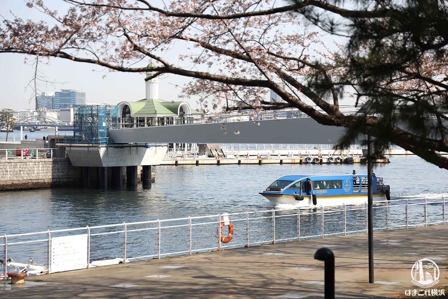 建設中の女神橋をくぐる船
