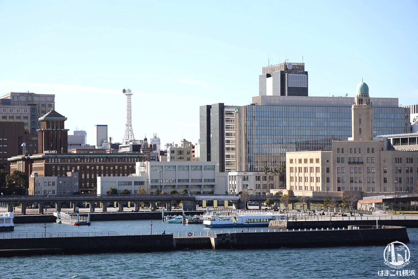 横浜港大さん橋国際客船ターミナルから見た横浜三塔