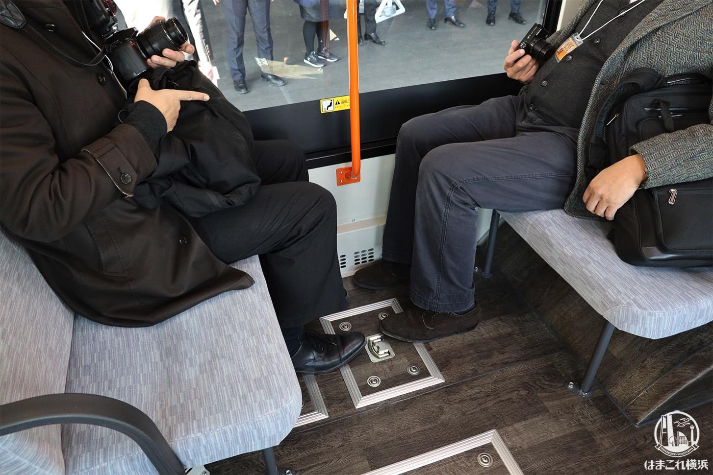 連節バス「ベイサイドブルー」車内 ボックス席 向かい合った状態