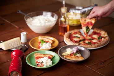 窯焼きピッツァに5種のチーズかけ放題!グッドスプーンの新業態、横浜モアーズに