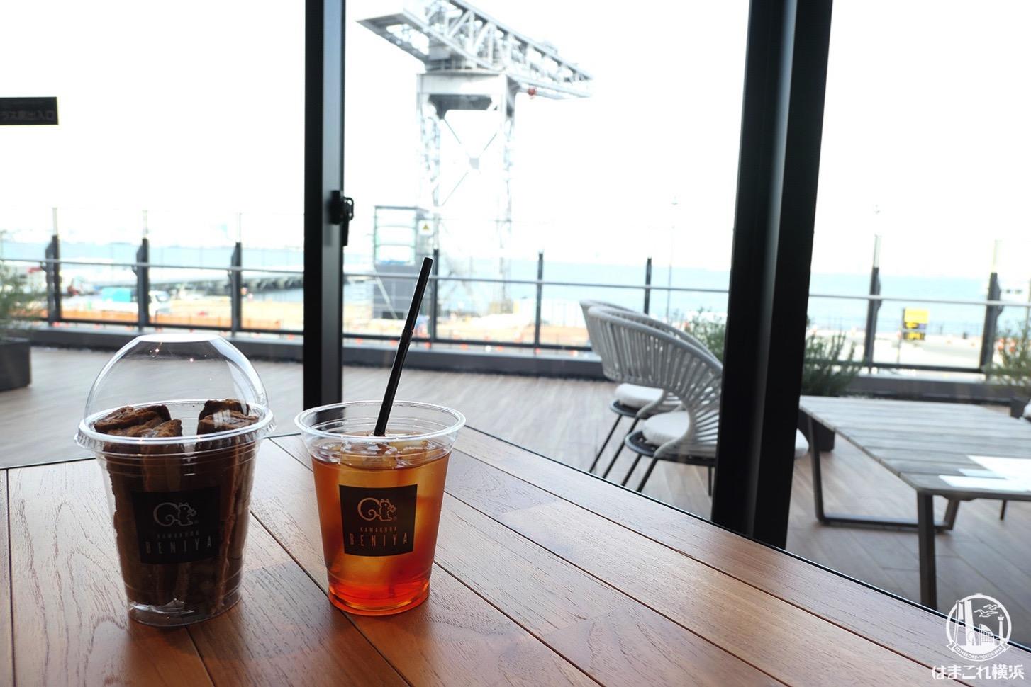 横浜ハンマーヘッド「クルミッ子ファクトリー」店内奥のカフェからの景色