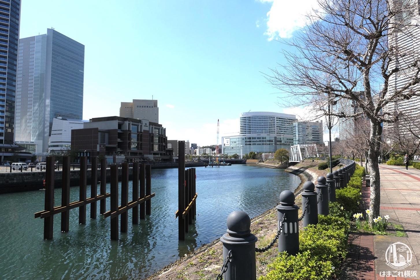 汽車道 運河の鉄柱