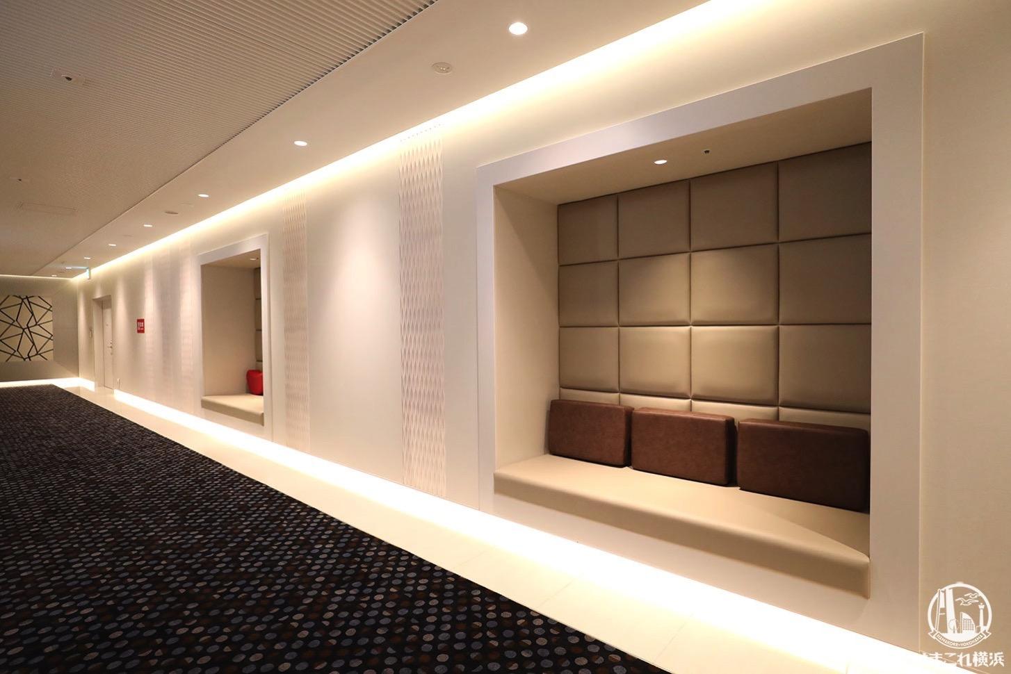 横浜駅 映画館「T・ジョイ横浜」シアター入り口前の腰掛けベンチ