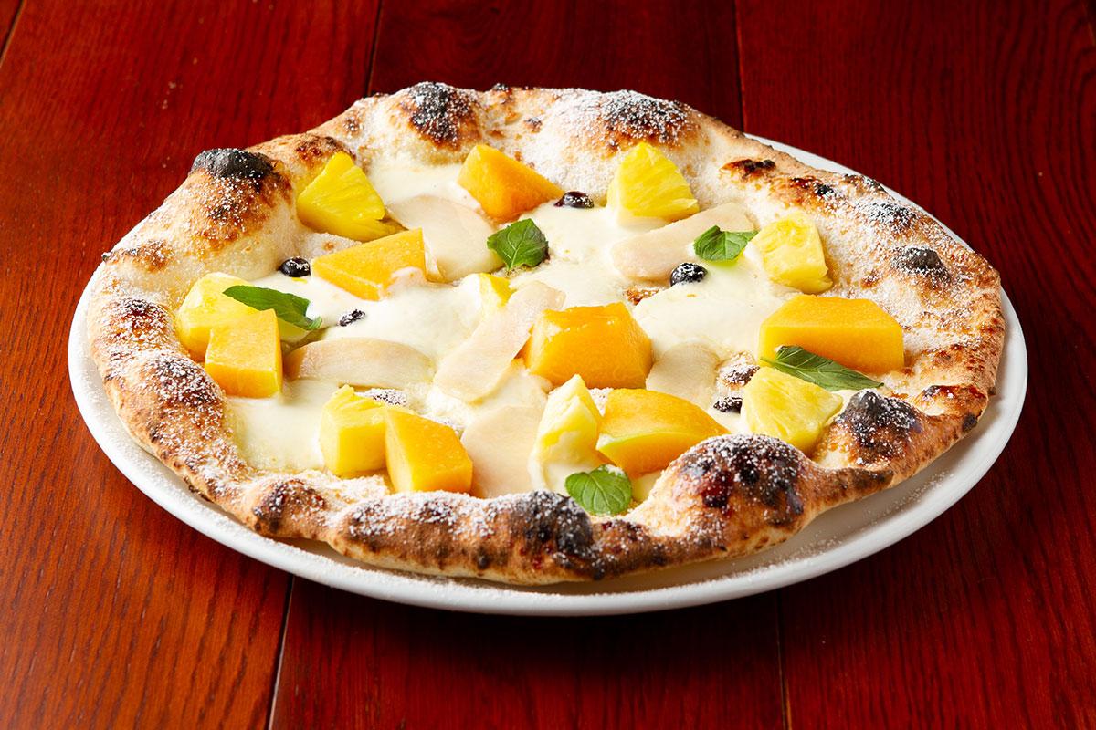 旬のフルーツを使用したピザ
