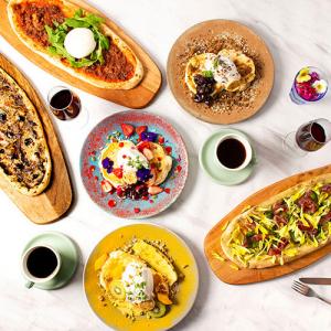 ぴあアリーナMMに併設カフェ「The Blue Bell」窯焼きピザやパンケーキなど