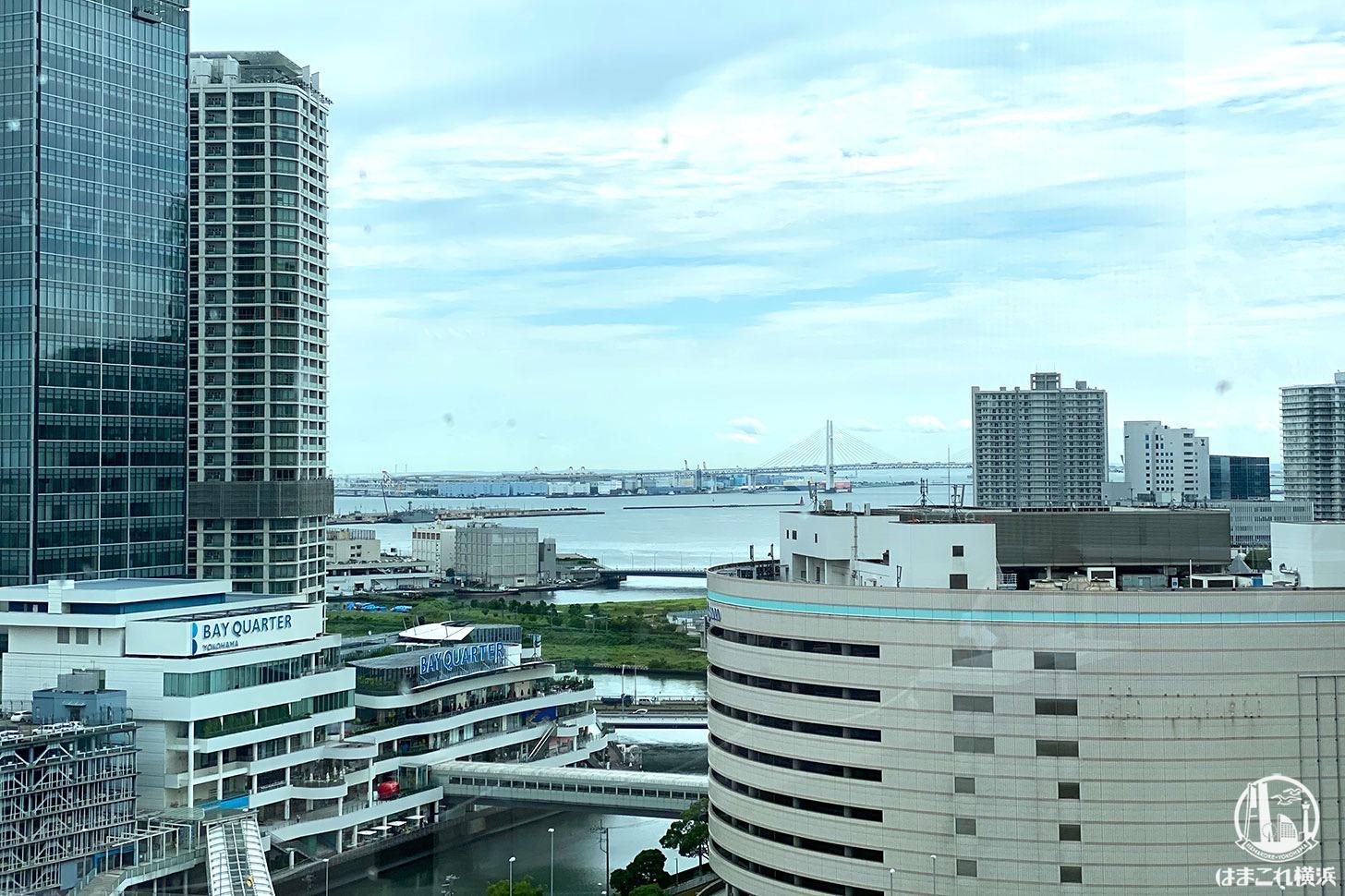屋上庭園「うみそらデッキ」窓側のカウンターから見た景色 横浜港