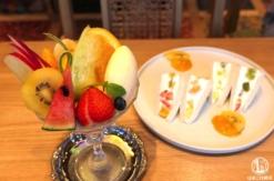 水信フルーツパーラー 馬車道でフルーツパフェとフルーツサンド、非日常的カフェ空間で満喫!