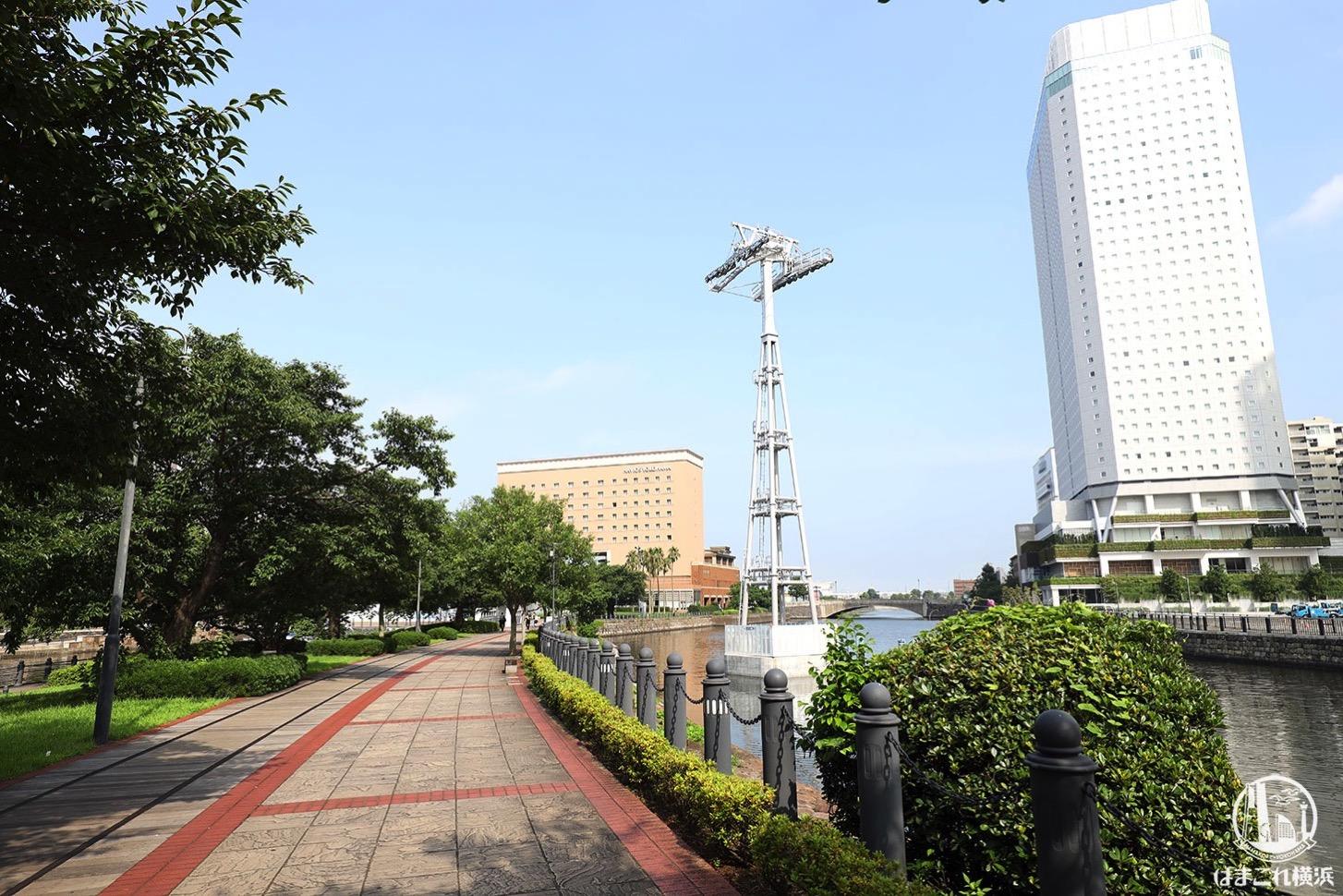ロープウェイの支柱、横浜みなとみらいの汽車道沿い運河に続々 桜木町駅前には駅舎も