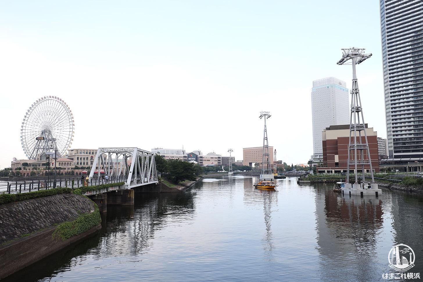 運河に立つロープウェイ支柱