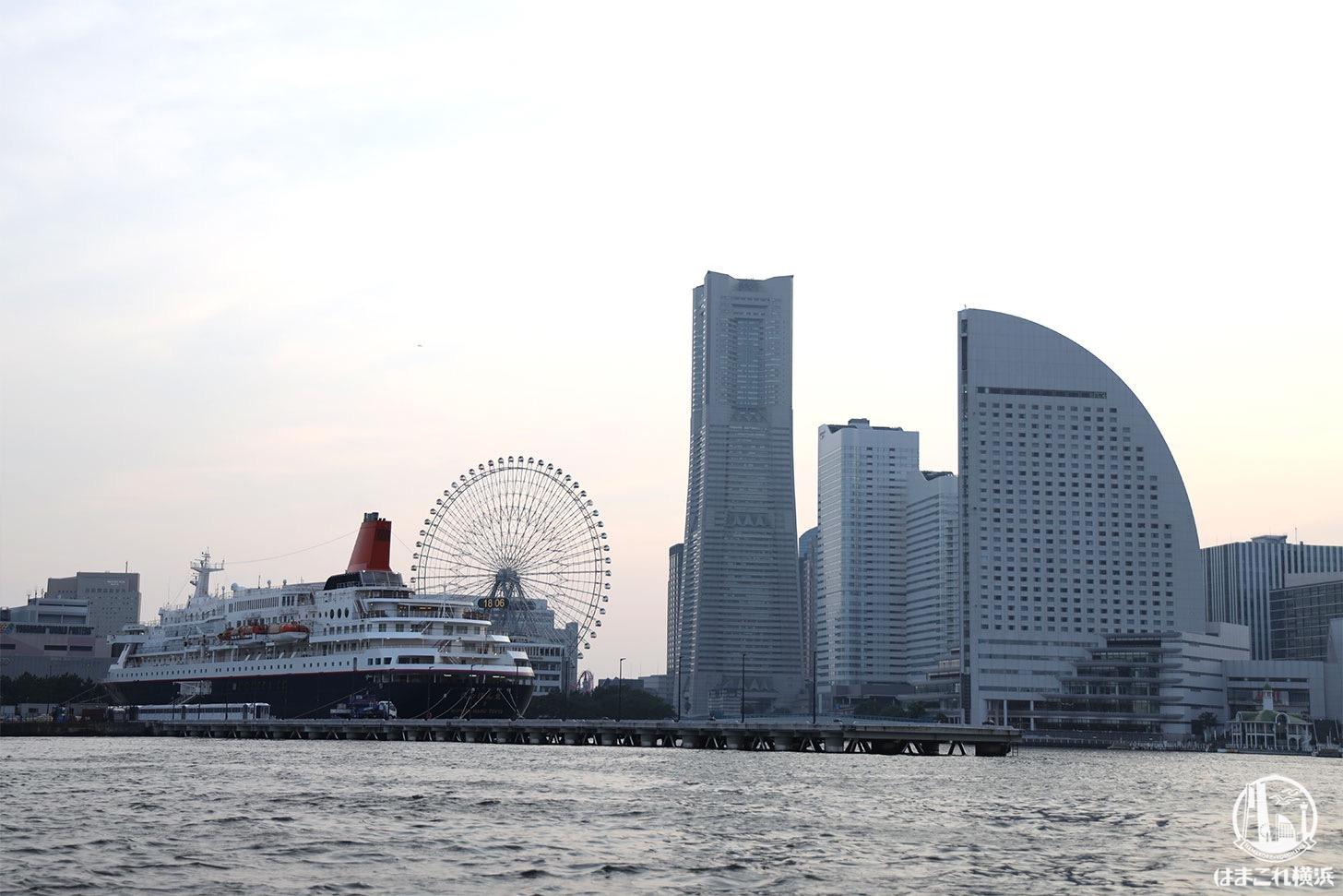 シーバス オープンデッキから見たみなとみらいと大型客船
